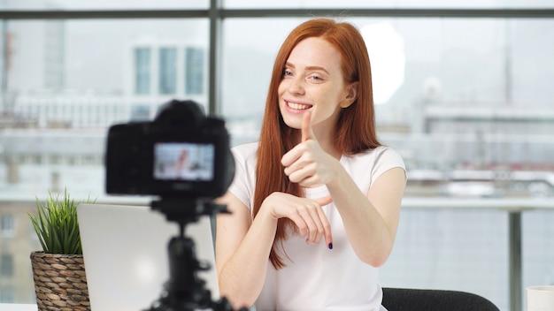 Piękna dziewczyna blog wpisuje portret zbliżenie