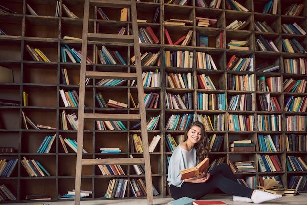 Piękna dziewczyna czyta książki