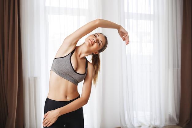 Piękna dziewczyna fitness robić ćwiczenia sportowe