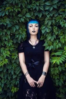 Piękna dziewczyna goth z jasnymi niebieskimi włosami