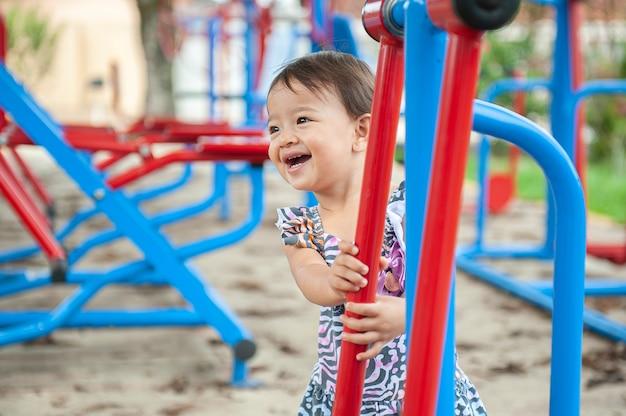 Piękna dziewczyna gra na placu zabaw