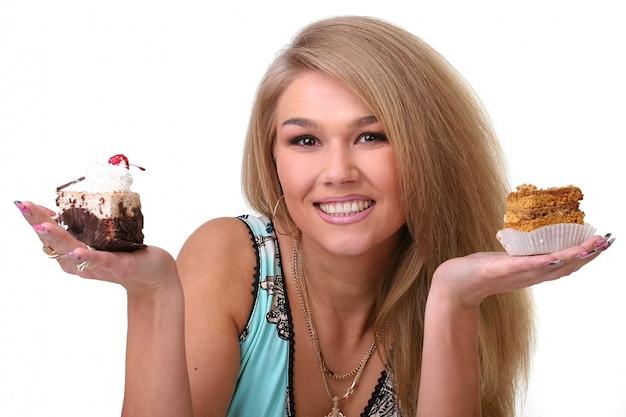 Piękna dziewczyna i ciasto