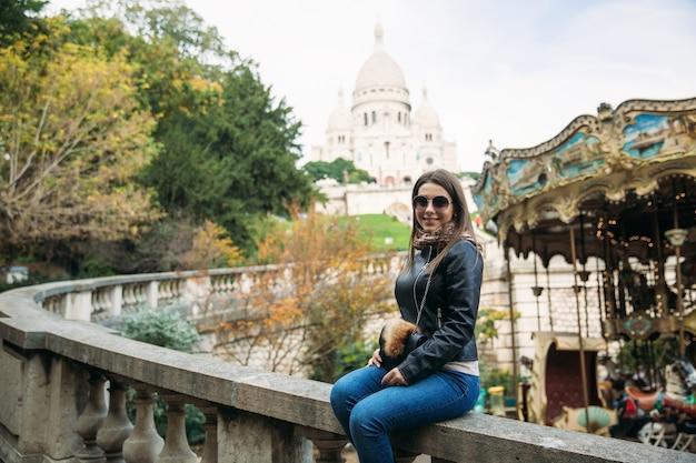 Piękna dziewczyna idzie w paryżu w pobliżu bazyliki