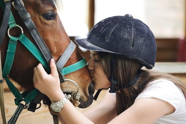 Piękna dziewczyna jazda bierze opiekę koń