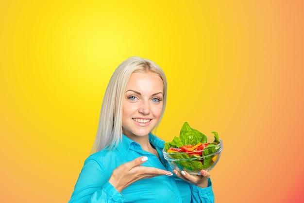 Piękna dziewczyna je sałatki
