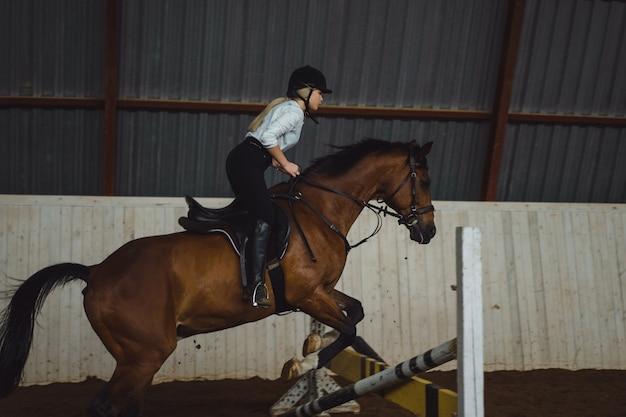 Piękna dziewczyna jedzie na konia
