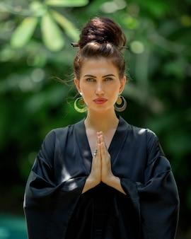 Piękna dziewczyna jest zaangażowana w medytację