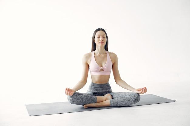 Piękna dziewczyna jest zaangażowana w studio jogi