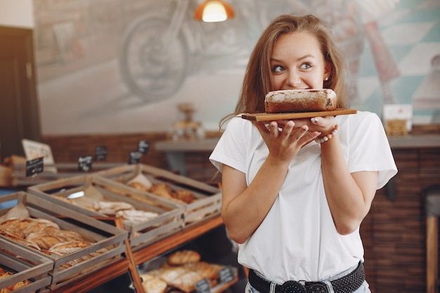 Piękna dziewczyna kupuje bułeczki w piekarni