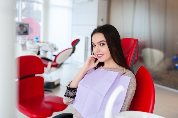 Piękna dziewczyna leczyła zęby