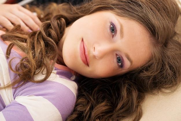 Piękna dziewczyna leżąc na podłodze