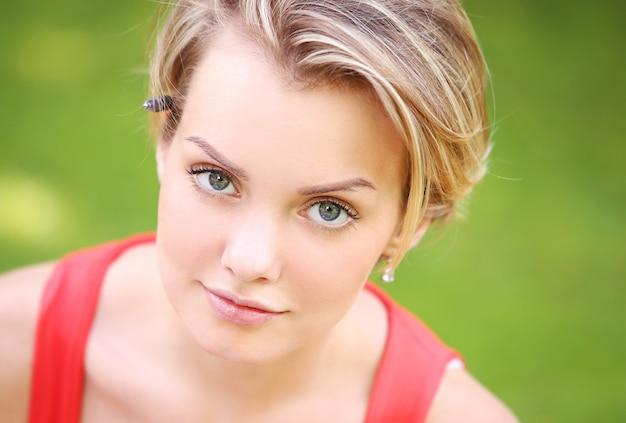 Piękna dziewczyna ma wiszącego w parku out