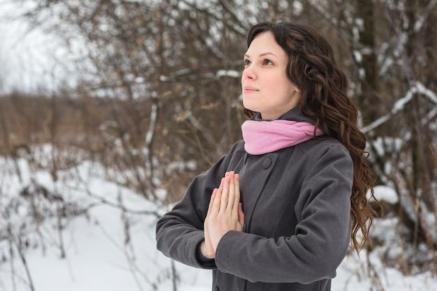 Piękna dziewczyna modli się