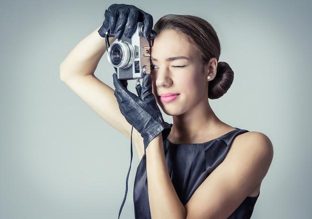 Piękna dziewczyna mody w klasycznym stylu vintage