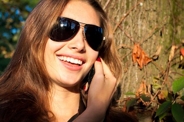 Piękna dziewczyna mówi w telefonie komórkowym