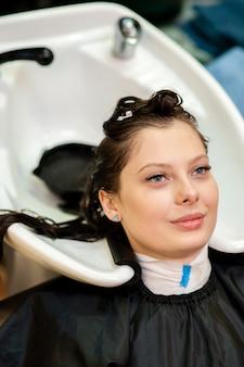 Piękna dziewczyna myje włosy.