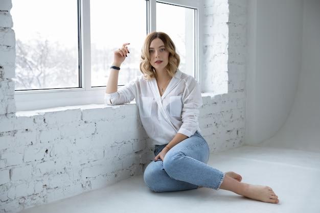 Piękna dziewczyna na biel ścianie