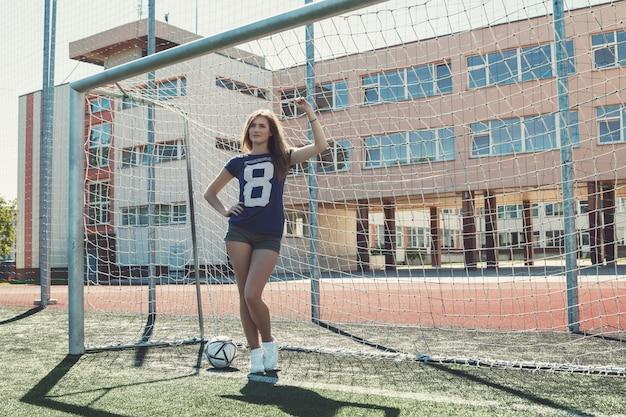 Piękna dziewczyna na boisko do piłki nożnej