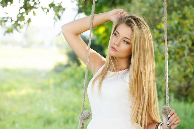 Piękna dziewczyna na huśtawce