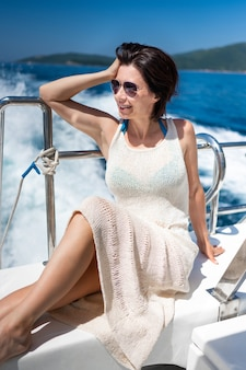 Piękna dziewczyna na jachcie w lecie podczas rejsu morskiego. młoda ładna kobieta na luksusowej łodzi