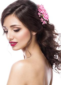 Piękna dziewczyna na obrazku panny młodej z fioletowymi kwiatami na głowie