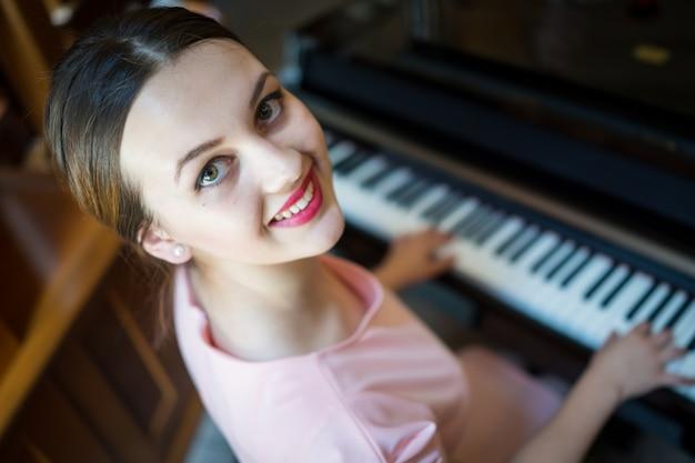 Piękna dziewczyna na pianinie