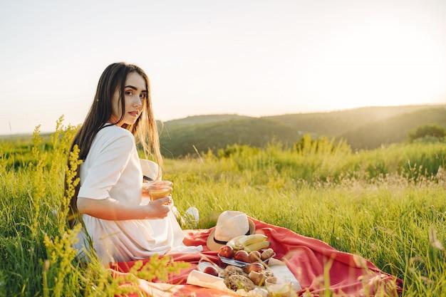Piękna dziewczyna na pikniku w letnim polu