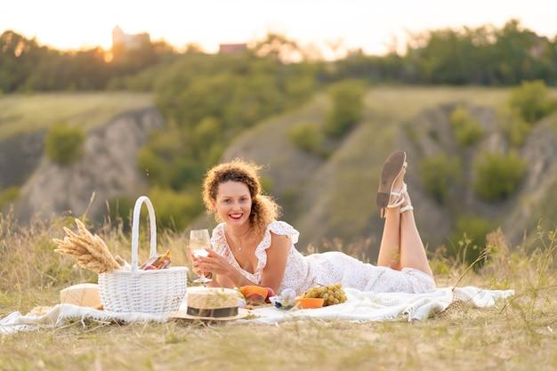 Piękna dziewczyna na pikniku w malowniczym miejscu. romantyczny piknik.