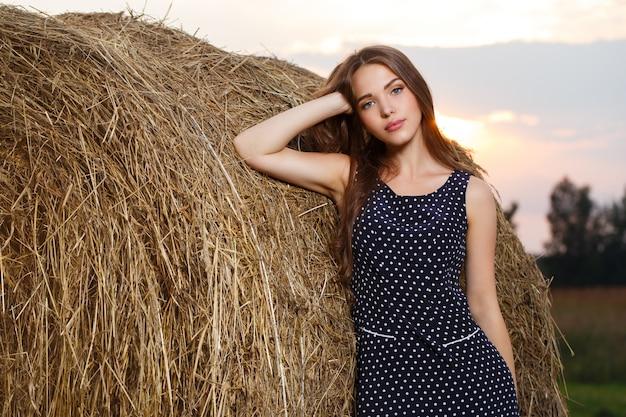 Piękna dziewczyna na polu