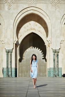 Piękna dziewczyna na ścianie meczetu hassana ii w casablance, maroko