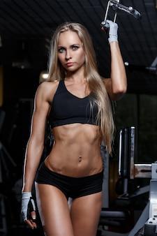 Piękna dziewczyna na siłowni