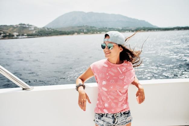 Piękna dziewczyna na statku na morzu