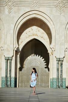 Piękna dziewczyna na tle meczetu hassana ii w casablance, maroko