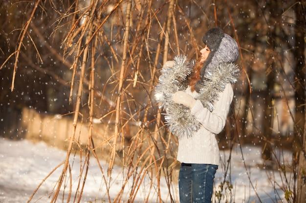 Piękna dziewczyna na tle zimowego krajobrazu