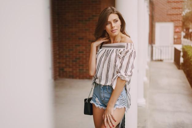 Piękna dziewczyna na ulicy