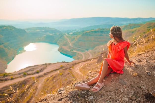 Piękna dziewczyna na wakacjach w pobliżu jeziora jak serce.