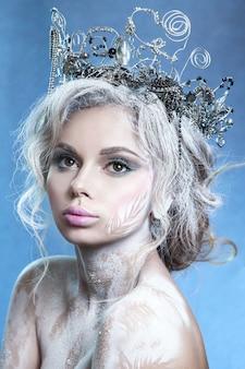 Piękna dziewczyna na wzór królowej śniegu.