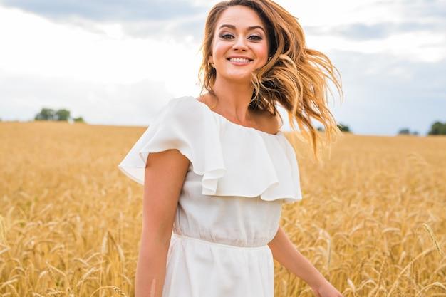 Piękna dziewczyna na zewnątrz z przyrodą na polu.