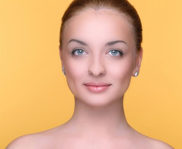 Piękna dziewczyna na żółto