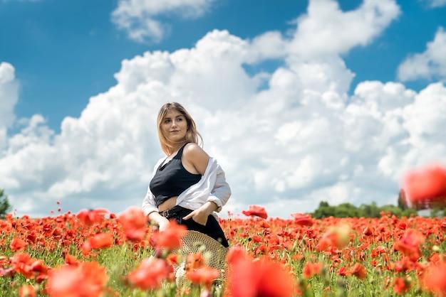 Piękna dziewczyna nastolatek moda latem pole maku cieszyć się przyrodą