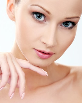 Piękna dziewczyna o czystej i doskonałej skórze
