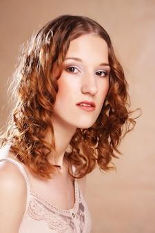 Piękna dziewczyna o długich falowanych włosach