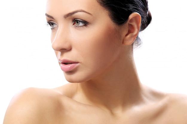 Piękna dziewczyna o poważnym wyglądzie i doskonałej skórze