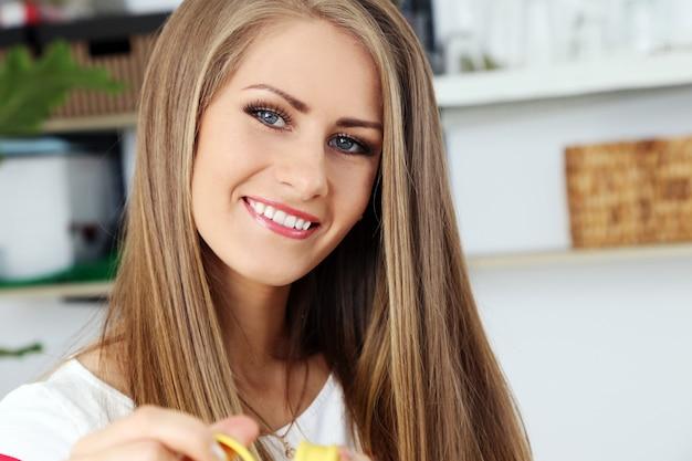 Piękna dziewczyna o wspaniałej twarzy