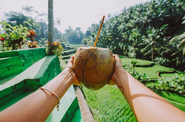 Piękna dziewczyna odwiedza bali ryżowych pola w tegalalang, ubud. pojęcie o ludziach, podróżach turystycznych i stylu życia w turystyce
