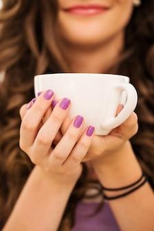 Piękna dziewczyna pije kawę