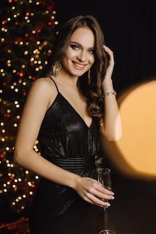 Piękna dziewczyna portret podczas obchodów nowego roku