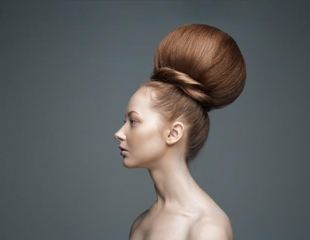 Piękna dziewczyna portret. wysoka fryzura z dekoracjami, portret mody.