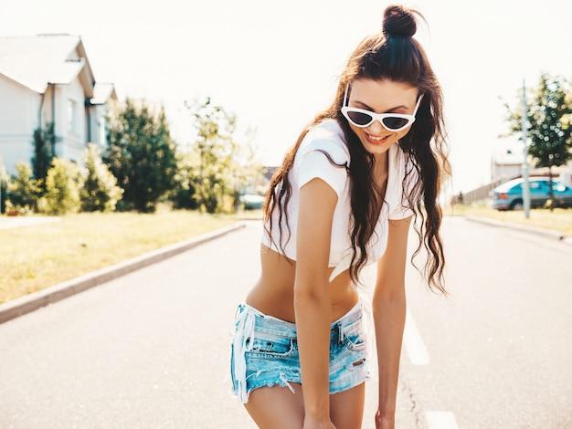 Piękna dziewczyna pozuje na środku ulicy