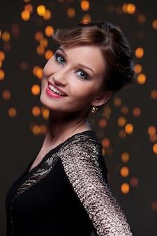 Piękna dziewczyna pozuje podczas nowego roku przyjęcia świętowania